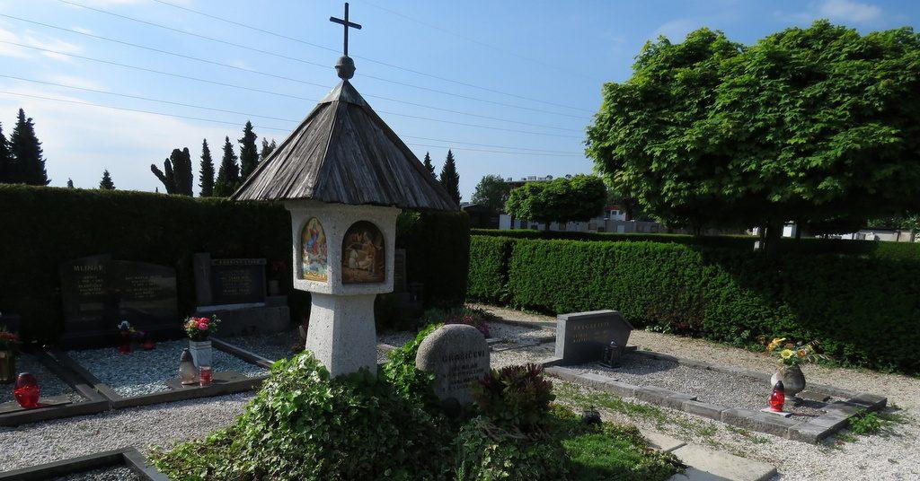 Nagrobni spomeniki, kapelica, mlinski kamni